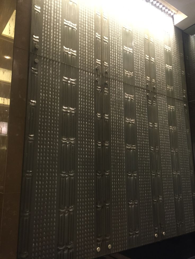 CROWN TOWERS 2: At first sight I thought this wall was metal. Once I stepped closer I realized it was glass. The design in the glass is beautiful. It really ties in well with the rest of the lobby.