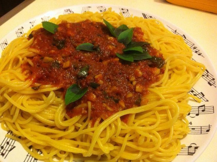 Ζυμαρικά με σάλτσα ντοματένια, σκόρδο & βασιλικό Fresh Tomato, Basil and Garlic Sauce over Pasta