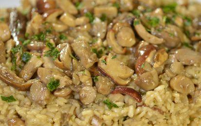 Risotto ai funghi porcini - Ecco come preparare un buon risotto ai funghi in maniera facile. La cosa importante è scegliere dei buoni funghi e seguire passo dopo passo la cottura del riso, da cucinare con il brodo vegetale, burro e cipolla tritata.
