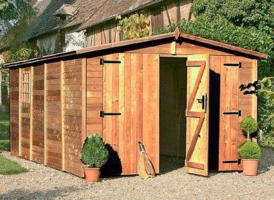 Voici un garage en bois traité brun : un style rustique agréable, de haute qualité, une ouverture latérale et des portes dépliantes frontales, idéale pour des véhicules de grande taille.