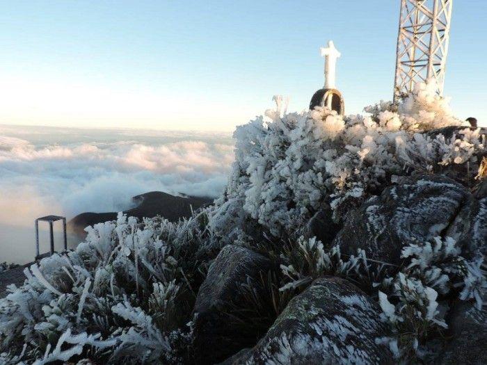 Onda de frio produz sincelo congelando áreas no Pico da Bandeira entre Alto Caparaó MG e Ibitirama ES