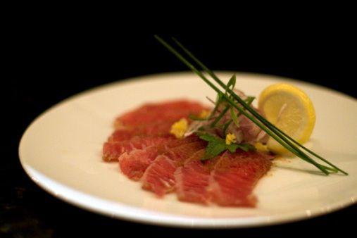 Il carpaccio di tonno con cipollotti si prepara affettando finemente il filetto di tonno e tenendolo brevemente in una marinata di limone e arancia, ...