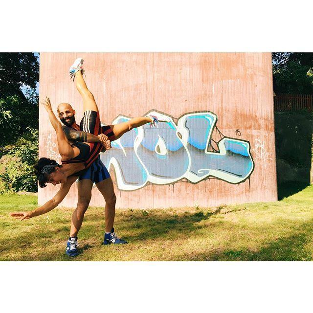 Lördagsjobb: fota bästa Madelinn och Usama iklädda brottarkläder på publika platser inför kommande projekt! #tauff  #brottning #mma #tauffhiit #tauffroots #boxning #kampsport #cfswe #parträning #lifestylephotographer #fightingspirit #wrestling #södermalm