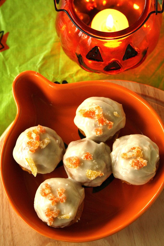 Mini Halloween Pumpkin Cupcakes with Maple Frosting - delicious and festive without being too spooky!