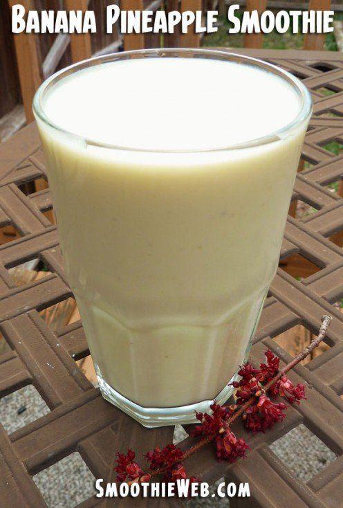 Banaani-ananas smoothie joka on tehty mantelimaitoon.