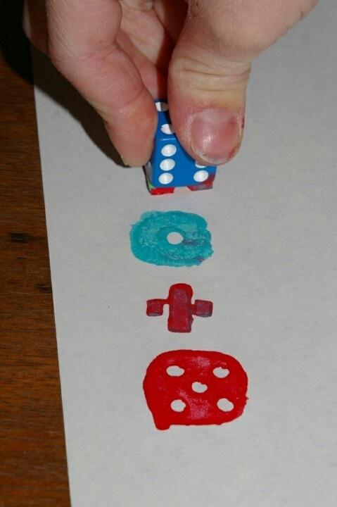Leuk! Stempelen met een dobbelsteen! Wat creatief en beeldend!