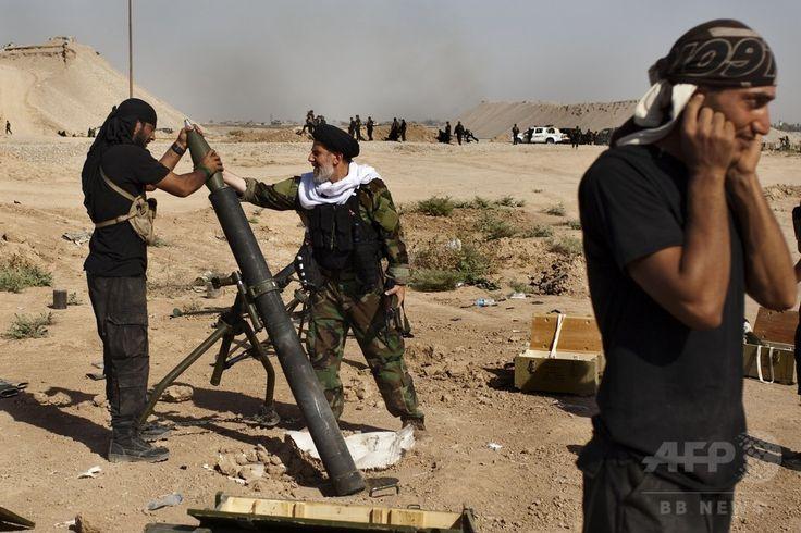 イラク北部サラハディン(Salaheddin)州ツズフルマツ(Tuz Khurmatu)で起きたイスラム教スンニ派(Sunni)の過激派組織「イスラム国(Islamic State、IS)」との激しい衝突で、迫撃砲の発射を準備するシーア派(Shiite)民兵(2014年8月31日撮影)。(c)AFP/JM Lopez ▼1Sep2014AFP|イラク軍、北部アミルリで過激派の包囲突破 http://www.afpbb.com/articles/-/3024577