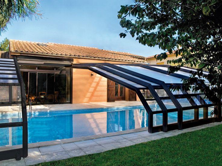 La prolongación de la casa. La cubierta adosada se empalma directamente en la casa, en posición perpendicular. Los módulos de esta cubierta pueden ordenarse al final de la piscina o, por el contrario, contra la casa, para dejar espacio libre.