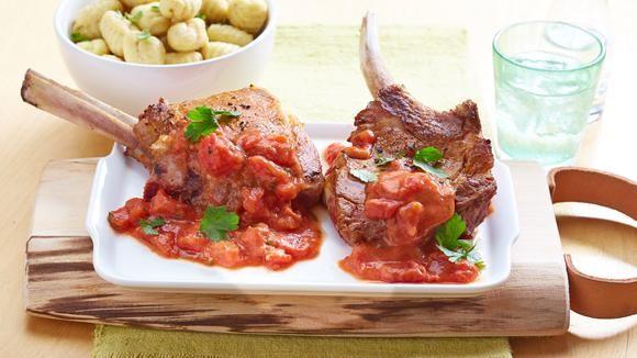 Wunderbar italienisch schmecken unsere Schweinekoteletts in Tomaten-Knoblauch-Sauce. Zusammen mit Gnocchi lassen sie uns von einem Urlaub in Bella Italia träumen.