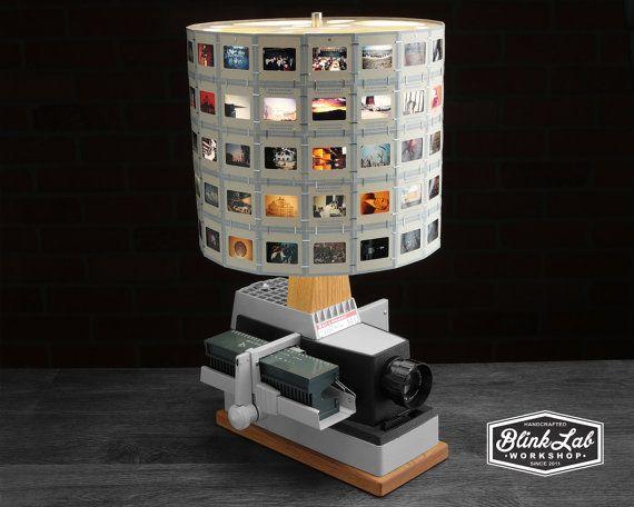 Bell & Howell 35mm film projecteur de diapositives reconverti en une lampe de table unique. Ce bois de chêne caractéristiques lampe accents, et une nuance de glisser à la main fabriqué à partir de vintage 35mm diapositives. Le projecteur encore base fonctionne comme un projecteur de travail et comprend un magazine de diapositive qui peut contenir jusquà 30 diapositives. L'intérieur du projecteur a été modifié pour utiliser une ampoule standard de ménage LED (incluse). Deux interrupteurs…