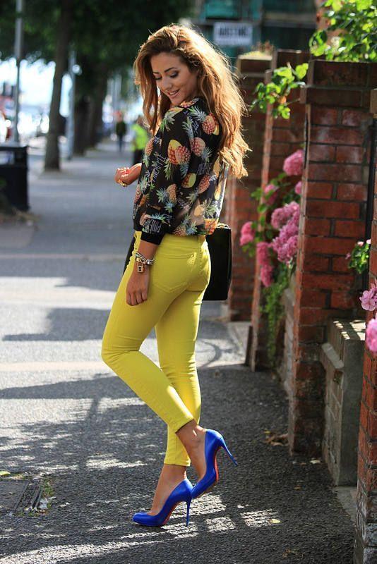 Acheter la tenue sur Lookastic:  https://lookastic.fr/mode-femme/tenues/chemisier-boutonne-noir-jean-skinny-jaune-escarpins-bracelet-dore/5550  — Chemisier boutonné imprimé noir  — Bracelet doré  — Jean skinny jaune  — Escarpins en cuir bleus