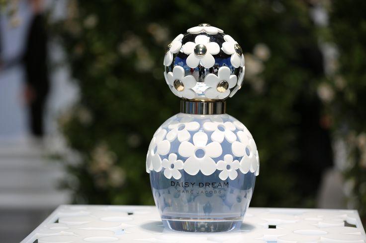 """Si eres toda una coleccionista de hermosas botellas de perfume, entonces debes tener contigo """"Daisy Dream"""" de Marc Jacobs, una cautivadora fragancia que guarda su aroma en un claro cristal cubierto de un encaje de delicadas margaritas. #MarcJacobs #DaisyDream #Daisy #MJDaisyDream #Fragancias #Perfumes #Margaritas #Celestial"""
