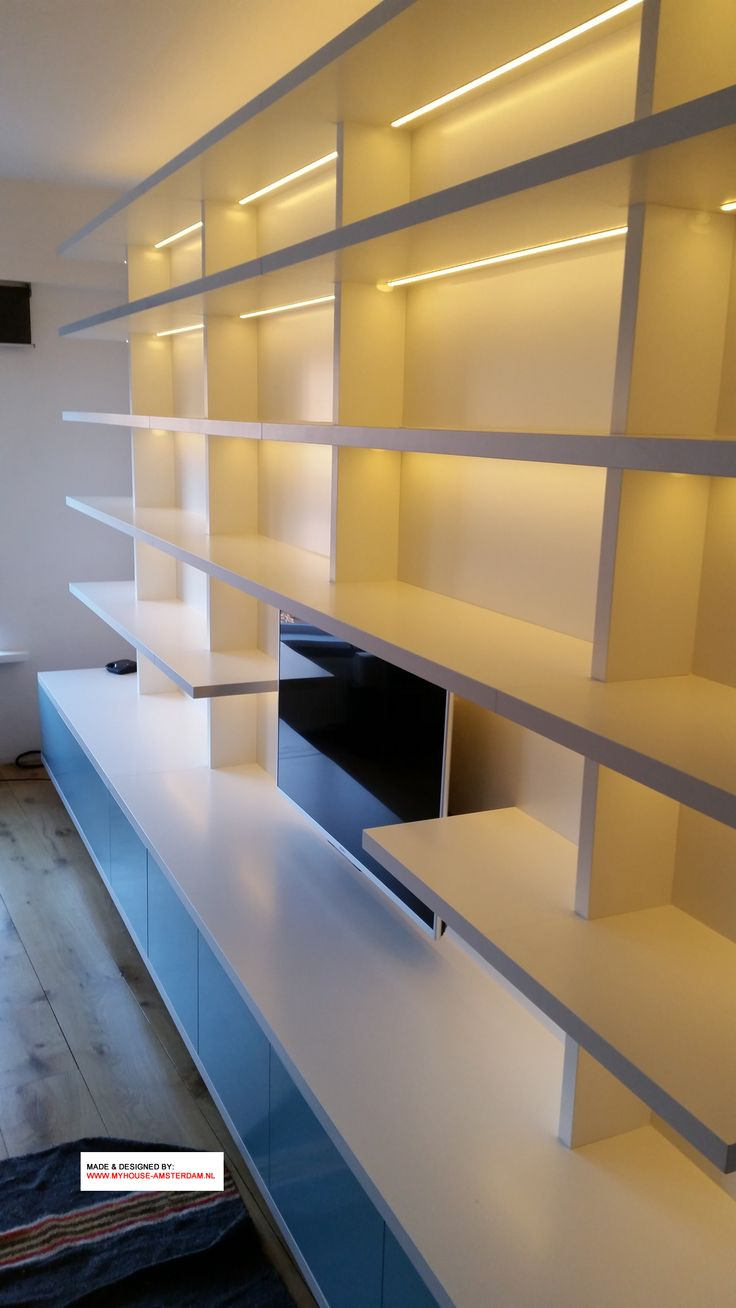 Modern TV Bookcase mounted on the wall. Wandvullende TV en boekenkast met dikkere planken en plek voor TV - door www.myhouse-amsterdam.nl
