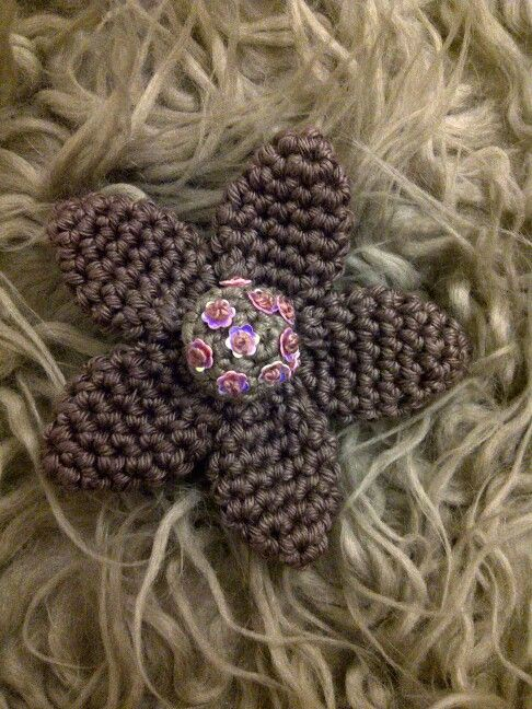 Crochet flower brooch made by Lizette