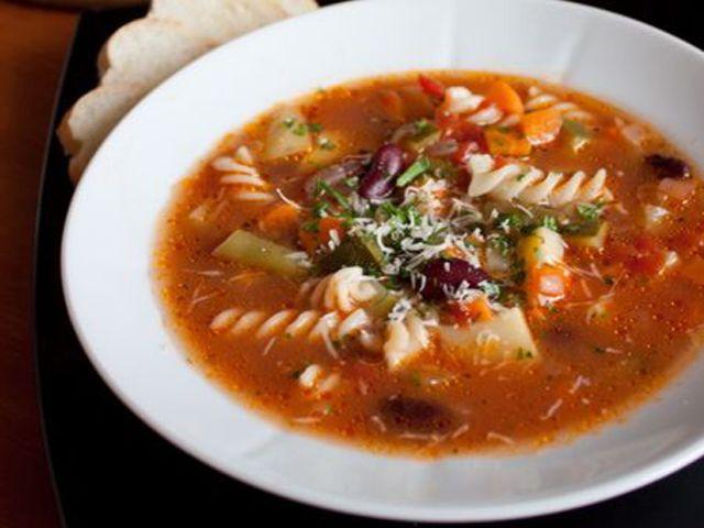 Минестроне – традиционный итальянский суп http://www.anymenu.ru/minestrone/  Минестроне – это классический итальянский овощной суп. Этот суп одно из самых популярных блюд в Италии. Готовится из свежих овощей по сезону – это могут быть цуккини, сладкий перец, разные виды капусты, морковь, картофель, сельдерей, помидоры, спаржа и даже баклажаны. «Минестроне» с итальянского переводится как «супище» – суп должен получиться густой, наваристый, плотный – чтобы