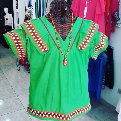 Otra opción de #outfit #folcklorico es esta bella #blusa #gnobe a juego con #cillar de #agatas y #coral Talla XL Precio: 55.00