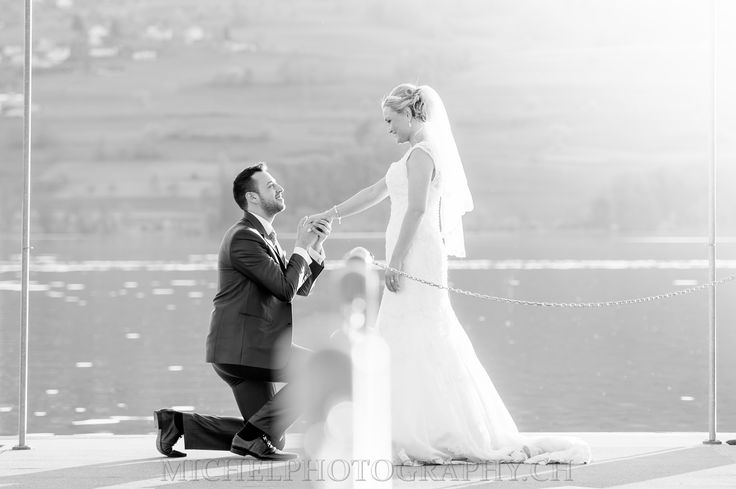 creative wedding photo love flowers beautiful day romantic zürich hochzeitsfoto romantisch paarshooting bride groom kiss romantisch picture coupleshooting storm funny black and white schwarz weiss