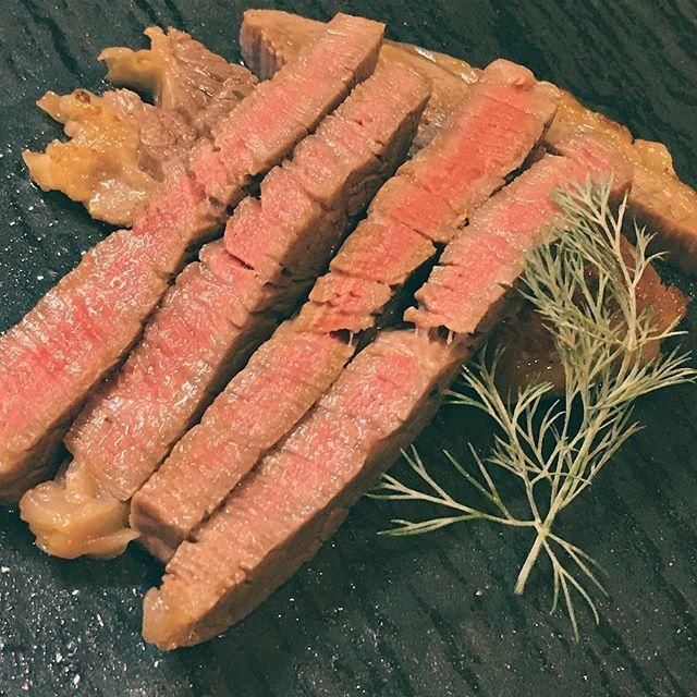 葉山牛 8切れ程で3000円。お会計してびっくり…美味しい。 失敗しないようにBONIQで調理です。 ・ お肉の可能性が飛躍する!真空低温調理器BONIQ  詳しくはこちらをチェック→ http://hayama-colony.jp/boniq-in ・ #boniq #真空低温調理 #葉山牛  #ステーキ  #ローストポーク #ローストビーフ丼 #料理 #料理男子 #レシピ #食 #肉 #写真好きな人と繋がりたい #写真撮ってる人と繋がりたい  #写真 #ローストビーフ