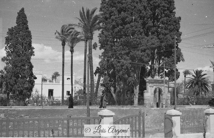 Paseo del Malecón, 7 de Marzo de 1945. Murcia © Luis Argemí. Parece el huerto de los cipreses con la entrada que hoy se conserva y la bonita casa DESTRUIDA al fondo