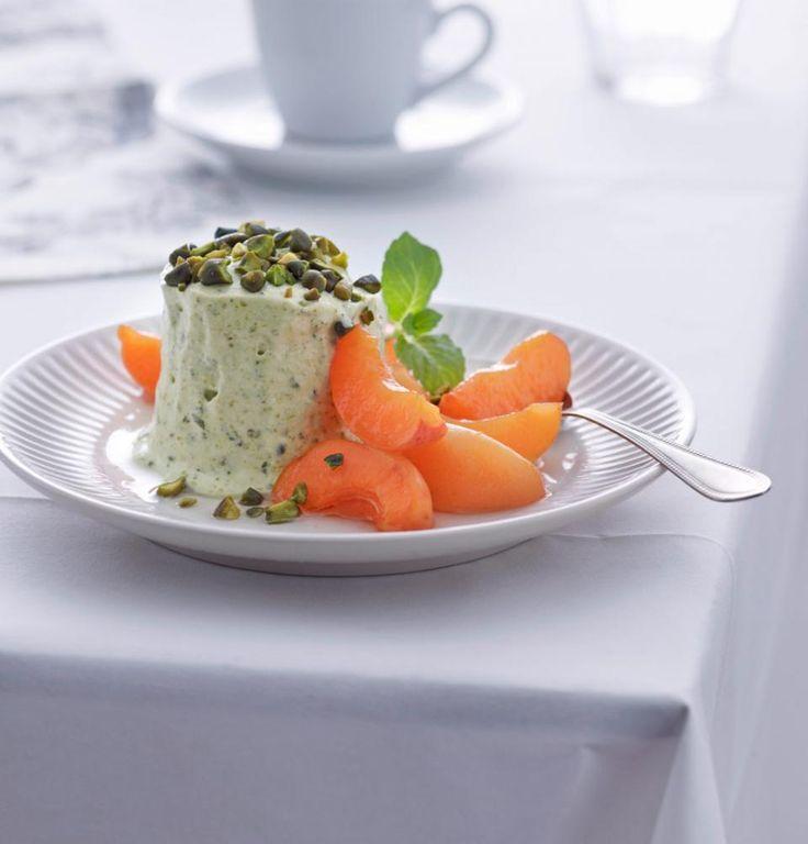 Rezept: Pistazien-Honig-Parfait mit marinierten Aprikosen