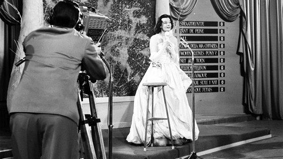 "Margot Hielscher, le candidat allemand au concours Eurovision de la chanson, chante « Telefon, Telefon » le 12 mars 1957.  //  Margot Hielscher, the German contestant to the Eurovision Song Contest, singing ""Telefon, Telefon"" on 12 March 1957."