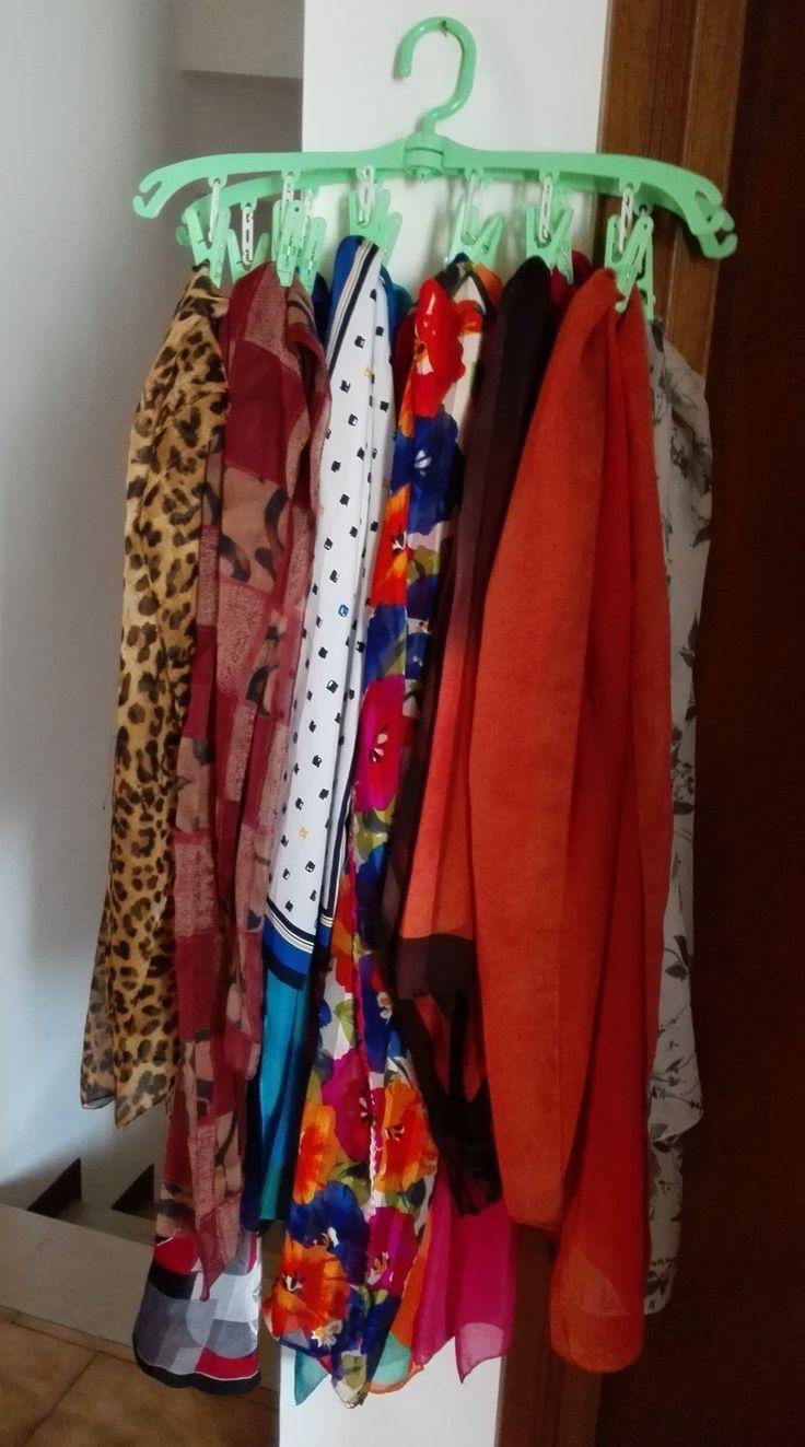 Porta foulard. Tutti i foulard a portata di mano! Cruccetta appendino per piccola biancheria utilizzata per appendere i foulard e riporre nell'armadio.