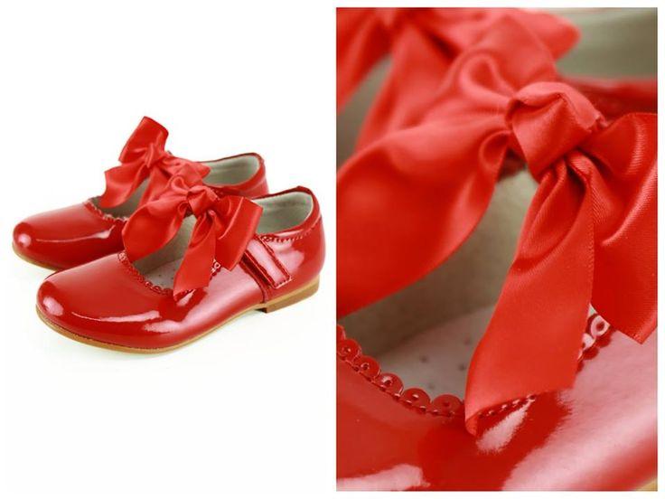 Preciosas merceditas de charol en rojo intenso, le dará un toque perfecto a su look.