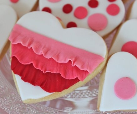 Cute ruffled fondant heart cookie, I really love the dot ones.  Easy way to decorate sugar cookies.