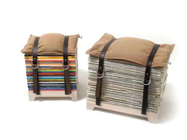 Apila tus viejas revistas sobre una base de madera, coloca un almohadón por encima y tendrás una cómoda silla para recibir a tus invitados.