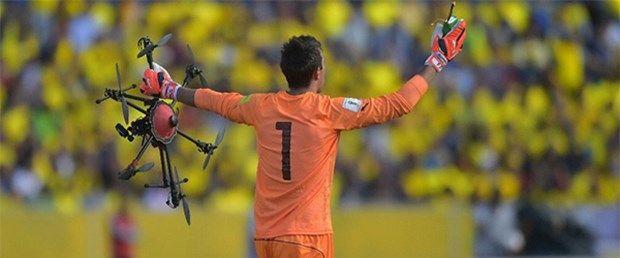 Ekvador ile Uruguay arasında oynanan 2018 Dünya Kupası Güney Amerika eleme maçında ilginç bir olay yaşandı. Havadan çekim yapan bir İHA sahaya düşerken, Muslera havada yakalamayı başardı.
