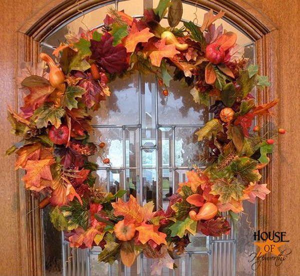 Ghirlanda autunnale con foglie e frutti