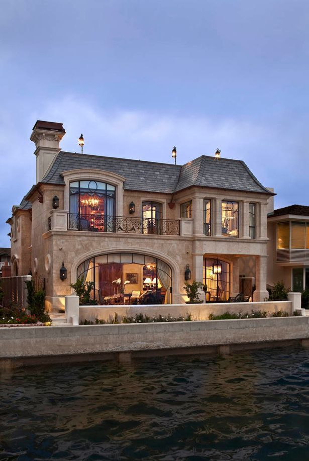 12 best amazing homes images on pinterest beautiful for Mansard roof pros and cons