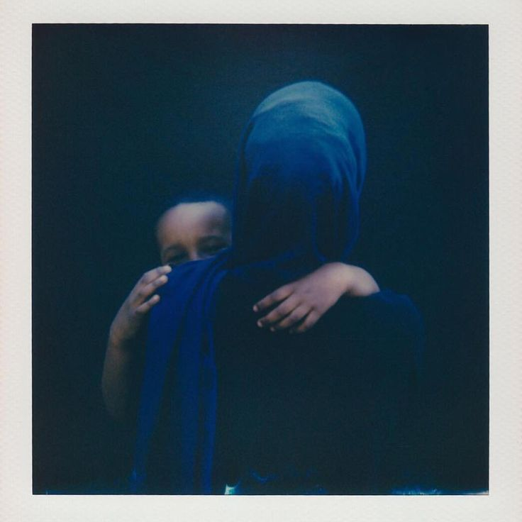Proud to announce @nextgenlondon & @migrateofficial have combined for a fantastic book & photography exhibition called 'MIGRATE' themed around human migration. It also examines the point of photography & video in the refugee crisis: The exhibition - at #Omeara in #LondonBridge - is open now until 2ND SEPT. Pictured is example work from one of the 8 photographers from the exhibition... 📸 @aliceaedy met Ashaluul, pictured here with her son, on a London bus. Struck by her beauty, Alice asked…