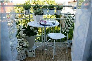 Quick-fix, for øyeblikkelig sommer på balkongen: Legg et teppe, gjerne i plast eller strå, finn frem små og nette møbler, og sett frem planter i bøtter, spann og verandakasser. Et voila... Foto: Ikea