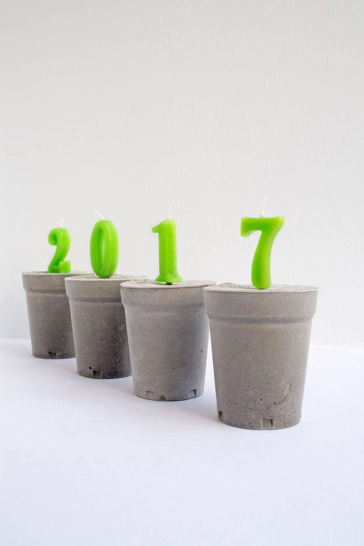 Diy: Cement decoratie voor Nieuwjaar - Woonaccessoires - Deze diy is echt super gaaf! Zijn verjaardagskaarsjes in cement gezet. Zijn heel mooi en zijn een blikvanger in huis. De kaarsjes kun je in verschillende kleuren kopen in de supermarkt of party winkels. Ik heb deze decoratie voor nieuwjaar gemaakt, maar voor een cadeau, een jubileum (25, 50 jaar) of andere belangrijke gebeurtenis kun je dit ook maken. Ik ben heel blij met het resultaat!  Happy New year's!