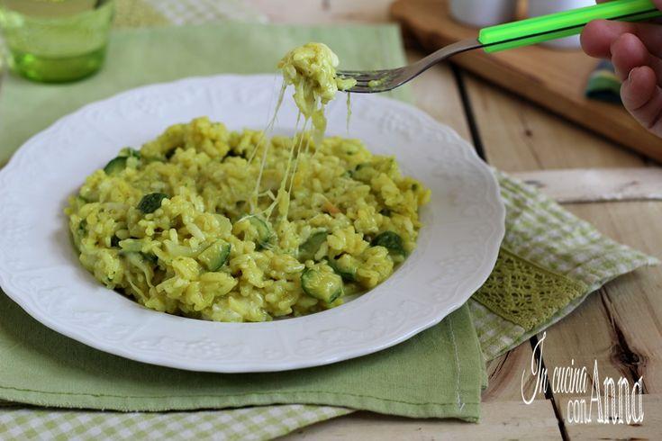 Questo risotto filante alle zucchine è molto saporito e semplice da preparare,un piatto che con la sua bontà conquisterà tutti...