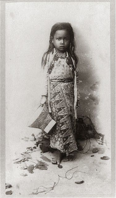 Little girl from Java – Indonesia . Taken between 1890 and 1923