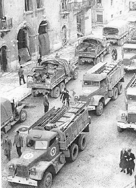 WWII in Italy - Le truppe alleate a Verona in via Diaz il 25 aprile 1945.