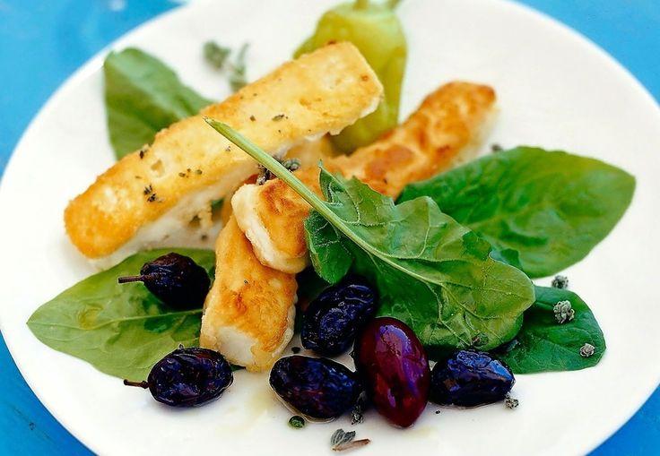 Pannestekt fetaost med syltet grønn chilipepper | Tara.no