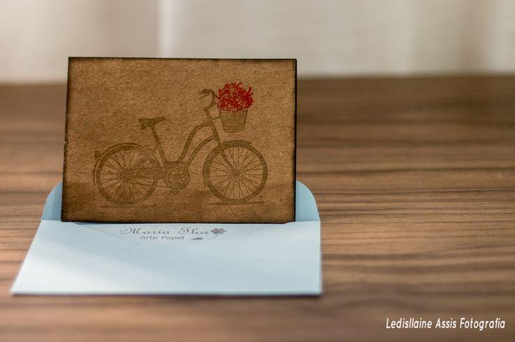 Cartão -  alt. x  larg. Papel Filipaper Kraft - 180 Carimbo - Bicicleta Cesto de Flores Carimbeira Marrom, Preta e Vermelha No Envelope - Papel Cardstok Azul Claro. Carimbo - Maria Flor
