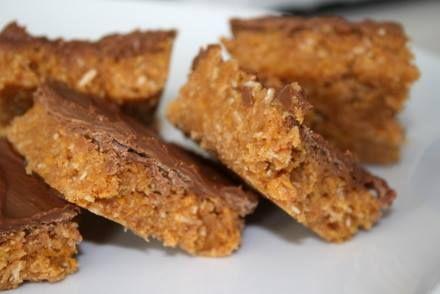 SNICKERSRUTOR: Detta behöver du : 1 burk jordnötssmör ( 225 gram ) 1 dl socker 1 dl sirap 1 dl kokos 10 dl cornflakes 1 tsk vaniljsocker Garnering: 200 gram mjölkchoklad Gör så här : Värm en kastrull med socker och sirap. ( det ska inte koka ! ) Rör ner … Läs mer