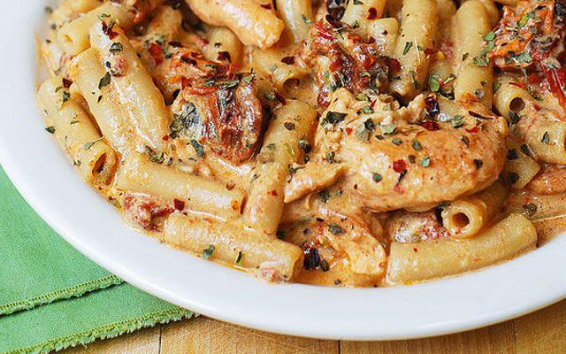 Μια συνταγή για ένα νοστιμότατο πιάτο. Πένες με κοτόπουλο και μοτσαρέλα για το καθημερινό και Κυριακάτικοτραπέζι που σίγουρα θα απολαύσουν όλα τα μέλη τη