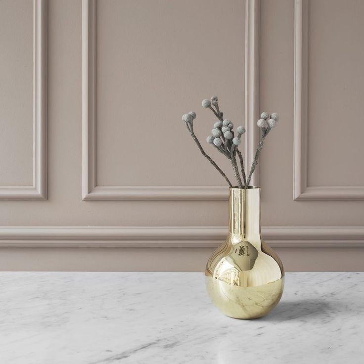 Die boule vase wurde von der designerin oivia herms für das schwedische traditionshaus skultuna entworfen holen sie sich das exklusive design objekt