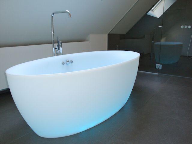nieuwe badkamer - vrijstaand bad Aquamass met kleurentherapie