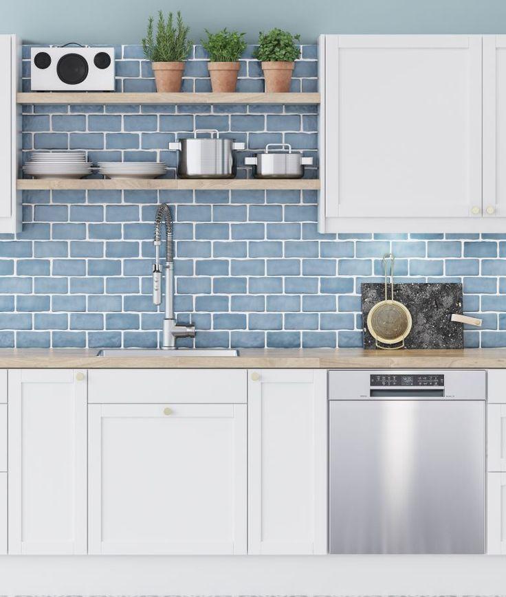 Tässä Shaker-keittiössä luonnolliset materiaalit yhdistyvät rustiikkiseen tyyliin. Avoimet pinnat tekevät keittiöstä ilmavan. Tammi ja messinki tuovat harmoniaa viihtyisään ja avaraan keittiöön, jota kestävät, ruostumattomasta teräksestä valmistetut kodinkoneet täydentävät.