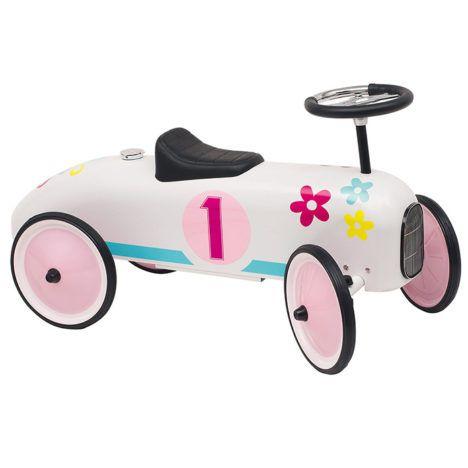 Een leuke, hippe, retro loopauto van het merk Goki. Deze loopauto is een leuk kraamcadeau of verjaardagscadeau en staat ook zeer leuk als accessoire in de kinderkamer of woonkamer. Geschikt voor kindjes vanaf 12 maanden. Te vinden bij Sassefras Meisjes Speelgoed voor écht peuter en kleuter speelgoed.