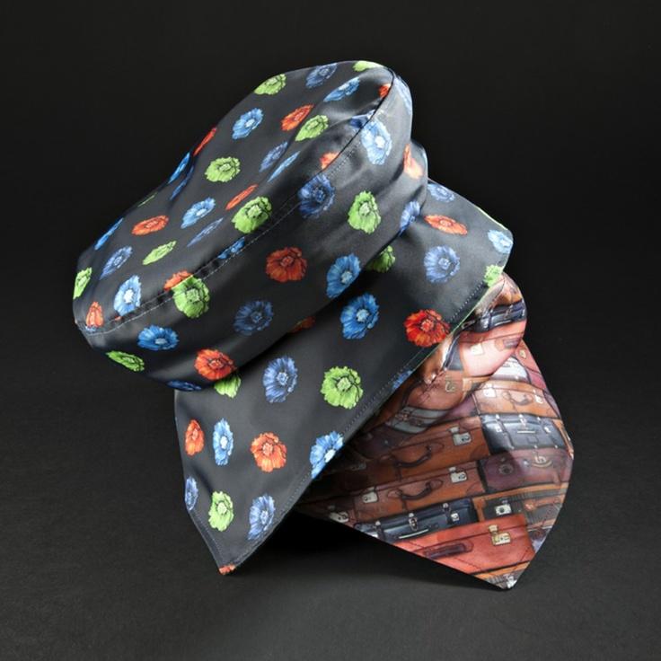 I cappelli impermeabili Ellepi sono fantasiosi nelle forme ed allegri nelle fantasie, pratici nell'uso (si possono riporre in tasca), ottimi per la qualità del tessuto impermeabile.  Curiose e particolari alcune varianti reversibili che diventano eleganti cappellini di taffetas di seta dai bellissimi colori.  Tutte le versioni sono coordinate ai tessuti di mantelle, impermeabili e giacche.