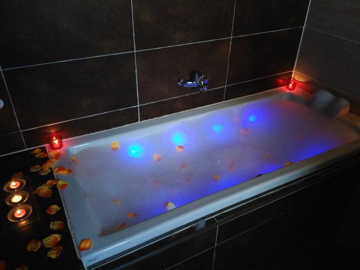Bañera de hidromasaje con decoración para parejas, #SanValentin está presente en la casa rural #CasaSalva