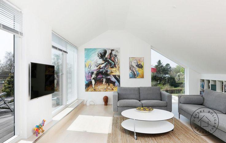Stue med udsigt og udgang til terrasse.