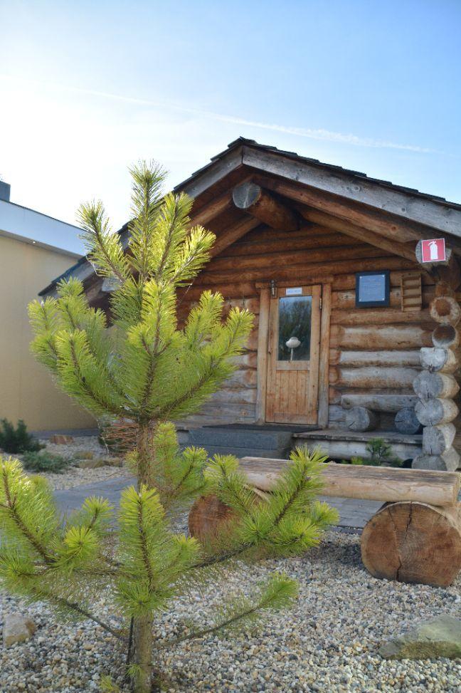 Deze karakteristieke Finse blokhutsauna is bijzonder sfeervol. De sauna heeft een lage luchtvochtigheid. Neem plaats met zowel lichaam als voeten op een handdoek. Ga enkele minuten voor het verlaten van de sauna rechtop zitten om duizeligheid te voorkomen.